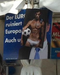 AfD auf Homostimmenfang: Parteichef Lucke wurde auf dem Stadtfest-Stand mit einem halbnackten Fu�baller �berklebt