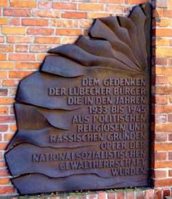 """Diese Gedenktafel neben dem Zeughaus erinnert bislang nur an die NS-Opfer, die """"aus politischen, religi�sen und rassischen Gr�nden"""" verfolgt wurden - Quelle: Gr�ne L�beck"""