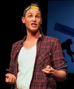 Vom Religionslehrer zum Kabarettisten: Timo Becker hat als Dipl.-Sozialpädagoge und Theaterpädagoge bereits zahlreiche Theaterproduktionen auf die Bühne gebracht