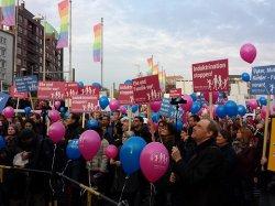 """Flaggen und Luftballons bei der """"Demo f�r Alle"""" in Hannover 2014: Farben und das heterosexuelle Familienmotiv wurden vom franz�sischen Vorbild �bernommen - Quelle: Norbert Blech"""