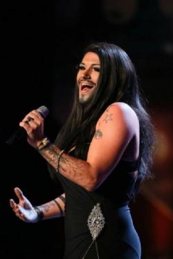 Bei seinem ersten Auftritt in der Show pr�sentierte sich Marcel Kaupp als Conchita-Wurst-Double - Quelle: RTL