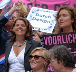 Nettes  Privileg: van Bijsterveldt darf das offizielle Regierungsboot beim Canal Pride Amsterdam anf�hren - Quelle: Stichting ProGay