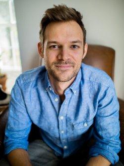 Matthew Griffin wurde in North Carolina geboren. Er lebt mit seinem Ehemann in Louisiana und unterrichtet als Gastprofessor an der Louisiana University in Lafayette - Quelle: Raymie Wolfe
