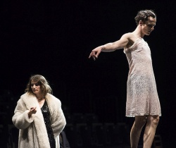 Die Scheinehe zu Barbara Bruckner (Stella Hilb, links) funktioniert nicht: Hendrik Höfgen (Hagen Ritschel, rechts) liebt Transvestit Juliette – und zeigt sich auch selbst im Fummel
