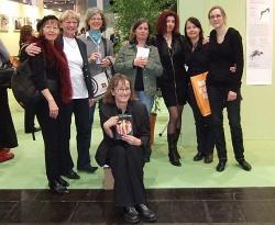 Claudia Gehrke (mitte-vorn) mit ihren Musen auf der Buchmesse - Quelle: konkursbuch