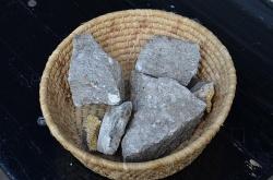 Diese Pflastersteine hatten die unbekannten Täter extra mitgebracht - Quelle: mhc
