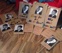"""Einige Plakate von der Pro-Adam-Demo am Freitagabend in Regen: """"Eine f�r alle � Alle f�r einen"""""""