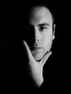 """Mit """"Nackter Schnee"""" hat der Kabarettist und Autor jetzt sein erstes Lyrik-Werk ver�ffentlicht"""