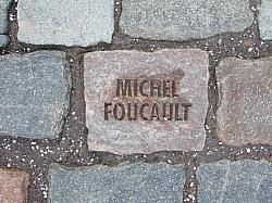 Ein Pflasterstein des Künstlers Tom Fecht erinnert am Eingang zur Bundeskunsthalle an Michel Foucault - Quelle: Wiki Commons / Leit / CC-BY-SA-2.0-DE