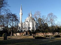 Die Şehitlik-Moschee wurde zwischen 1999 und 2005 auf dem historischen T�rkischen Friedhof am Columbiadamm  errichtet - Quelle: 30845644@N04 / flickr / cc by-sa 2.0
