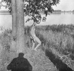 Der Zeitungsausträger Hans Jahnke ist auf den Fotos mal mit, mal ohne Badehose zu sehen