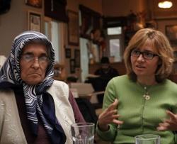 Face to face: Im dokumentarischem Stil begegnet der Zuschauer den Eltern in einer Interviewsituation - Quelle: Surela Film