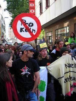 Die Kölner zeigen seit vielen Jahren erfolgreich Flagge gegen Rechts - Quelle: pauneu / flickr / cc by-nc 2.0