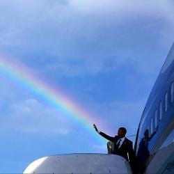 Das U.S. Department of State verbreitete zur Pride-Proklamation ein Foto, auf dem Barack Obama w�hrend eines Regenbogens aus der Air Force One steigt