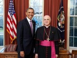 Carlo Maria Vigan� (re.) mit US-Pr�sident Barack Obama - Quelle: White House Image/Lawrence Jackso