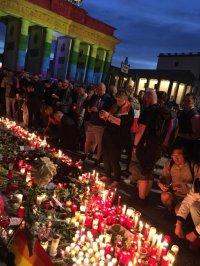 Viele Menschen legten Blumen und Kerzen vor der US-Botschaft nieder - Quelle: Klaus Lederer