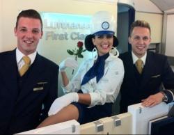 Lufthansa habe die sch�nsten m�nnlichen Flugbegleiter, sagt Pam Ann. Zum Beweis schickte sie uns dieses Foto per Email