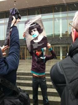 """Wanja, ein deutsch-russischer Aktivist, mit einem """"zensierten"""" Plakat der Dichterin Marina Izwetajewa - Quelle: Coming Out St. Petersburg"""