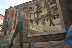 Staatlich gef�rdertes queeres Wandgem�lde: Ein Mural in der Spruce Street erinnert an die erste Homodemo der USA