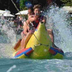 Eine Fahrt mit dem Bananenboot gehört zu den Highlights am Tage