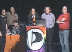 Trotz prominenter Piraten-Regenbogenflagge beim beratenden Parteitag werden Schwule und Lesben nicht im NRW-Wahlprogramm erwähnt. - Quelle: Screenshot des Livestreams