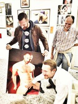 Dank Kevin Clarkes sch�tzender Hand d�rfen wir dieses Foto zeigen: Pornostar Tim Kr�ger kurz vor dem Signieren seines besten St�cks am Er�ffnungsabend