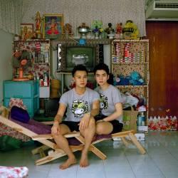 Typisches Thai-Wohnzimmer: Mou und Chin leben offen schwul in Bangkok - Quelle: Piyarat Piyapongwiwat