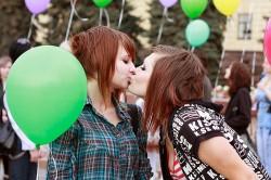 Mit Ballons und K�ssen gegen Homophobie: Der Rainbowflash wird inzwischen international begangen - Quelle: LSVD Hamburg