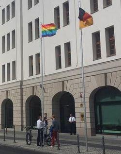 Seit Freitag weht auch eine Regenbogenfahne vor dem Bundesumweltministerium