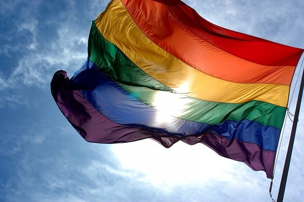 [Bild: regenbogenfahne-weht-himmel-600.jpg]