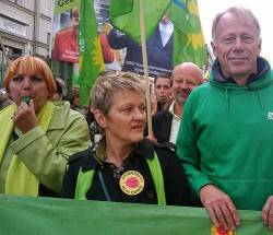 Trommeln für Homo-Rechte: Grünen-Chefin Claudia Roth (li.) und die beiden Fraktionsvorsitzenden Renate Künast und Jürgen Trittin - Quelle: Grüne Bundestagsfraktion / flickr / cc by-nc-sa 2.0