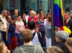 Bundesfamilienministerin Manuela Schwesig (SPD) hatte die Flagge schon vor einigen Tagen vor ihrem Ministerium gehisst