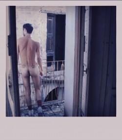Gl�cklicher Knackarsch auf dem Balkon: Das Polaroid von Johnny Abbate ist eine weitere Illustration aus dem Buch