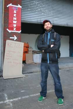 SchwuZ-Pressesprecher Thomaqs Sielaff vor dem noch provisorischen Eingang