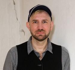 """Sirko Salka, Jahrgang 1976, war von 2008 bis 2013 Chefredakteur des queeren Berliner Stadtmagazins """"Siegessäule"""" - Quelle: Tanja Schnitzler/Querverlag"""