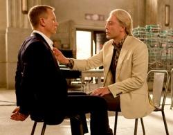 """Neue Erfahrungen f�r 007 im Kinofilm """"Skyfall"""": B�sewicht Silva r�ckt immer n�her und schiebt sein Knie in Bonds Schritt - Quelle: Sony Pictures"""
