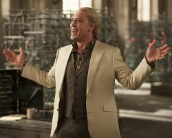 41 Jahre sp�ter zumindest eine optische Verbesserung:  Bi-B�sewicht Raoul Silva (Javier Bardem) geht James Bond an die W�sche - Quelle: Sony Pictures