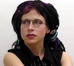 """Sofi Oksanen, Jahrgang 1977, ist eine finnisch-estnische Schriftstellerin und Dramaturgin. Ihr dritter Roman """"Fegefeuer"""" wurde mit mehreren Literaturpreisen ausgezeichnet - Quelle: Wiki Commons / Teemu Rajala / CC-BY-3.0"""