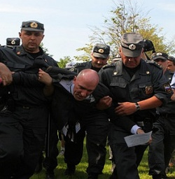 W�hrend seiner Rede wurde der Aktivst Yury Gawrikow von Polizeibeamten aus dem Park gezerrt - Quelle: gayrussia.ru
