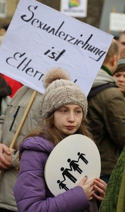 Nicht alle Teilnehmer der Anti-Homo-Demo kamen wohl freiwillig...