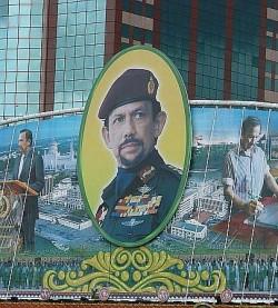 Wird auch von Schwulen verehrt: Bruneis Sultan Hassanal Bolkiah auf einer Propaganda-Tafel - Quelle: watchsmart / flickr / cc by 2.0