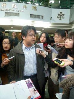 Großes Medieninteresse: Anwalt Liu  Chi-wei wird nach der Entscheidung des Obersten Verwaltungsgerichts von Taipeh von Reportern umringt