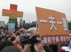"""Kampf der Schilder: Regenbogen-Kreuz gegen """"Ein Mann und eine Frau"""""""