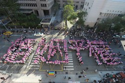 """Auch Schwule und Lesben gingen auf die Stra�e: Aktivisten bilden chinesische Zeichen f�r """"Gleiches Eherecht"""""""