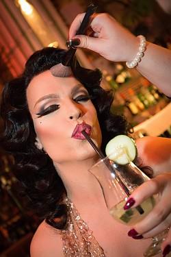 Die Wiener Dragqueen, Burlesque-K�nstlerin, Make-up-Artistin und DJane Tamara Mascara geizt weder mit ihren Reizen noch mit Wien-Tipps - Quelle: Wien Tourismus / Rainer Fehringer