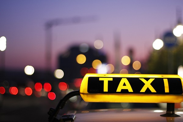 Berliner Taxifahrer lehnt Fahrgast ab wegen sexueller Orientierung!