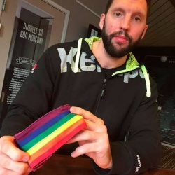 Tobias Karlsson stellte am Donnerstag seine Kapit�nsbinde in Regenbogenfarben vor