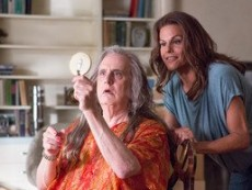 "Jeffrey Tambor spielt Maura Pfefferman in ""Transparent"" - Quelle: Amazon Studios"
