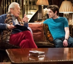 Den jungen Nachbarn Ash (Iwan Rheon) haben die beiden alten Herren gerne auf ihrer Couch