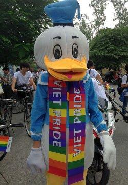 Vietnamesen lieben es verspielt: Beim CSD in Hanoi ist auch Donald Duck dabei - Quelle: Micha Schulze